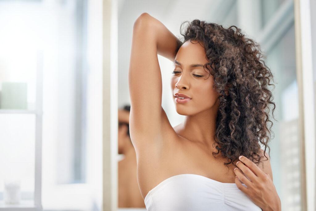 Krok po kroku: jak depilować pachy?